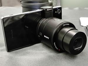 スマートフォンへの取り付け例 同梱アタッチメントで挟み込むようにしてスマートフォンにカメラを固定する(ITmediaより)