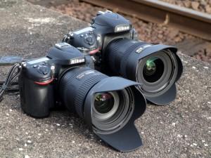 手前は「D7100+AF-S NIKKOR 28-300mm F3.5-5.6 G ED VR」。その奥は「D800+AF-S NIKKOR 16-35mm F4 G ED VR」。(デジカメWatch)