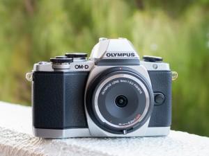OLYMPUS OM-D E-M10 魚眼ボディーキャップレンズ(ITmedia)