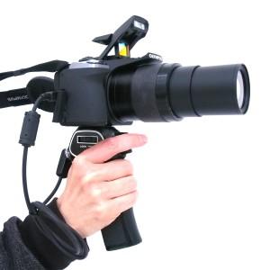 """オリンパスの""""照準器カメラ""""に「ピストルグリップ」を装着(デジカメWatch)"""