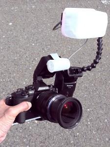OM-D E-M1にフレキシブルアーム付き改造ストロボを装着(デジカメWatch)