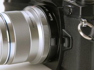 カメラとレンズの間に10mm接写リングを装着
