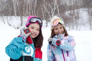 「EXILIM EX-FR10」を持って雪山で遊ぶ