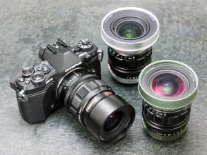 OM-D E-M5 Mark IIに装着しているのが、KOWA PROMINAR 25mm F1.8。中央のレンズはKOWA PROMINAR 12mm F1.8、右端がKOWA PROMINAR 8.5mm F2.8