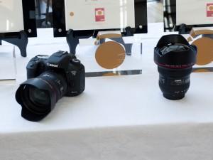 大賞のキヤノン「EOS 7D Mark II」とレンズ賞を受賞した「EF 11-24mm F4L USM」