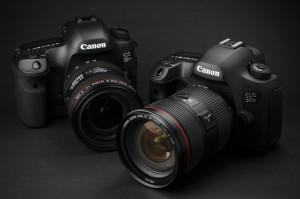 EF24-70mm F2.8L II USMを装着したEOS 5Ds(右)と、EF24-70mm F4L IS USMを装着したEOS 5Ds R
