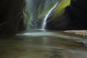 川の中に三脚を立てて撮影。水の流れでぶれないように三脚のまわりを大きめの岩で固定した。