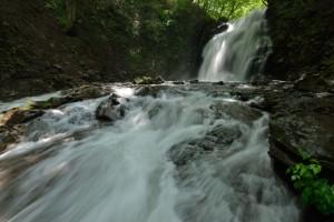 ダイナミックに流れる滝を優雅に撮る