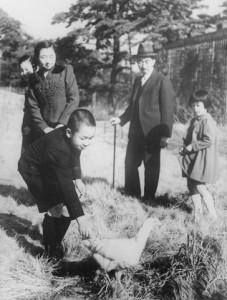 [にわとりを追う皇太子(今上天皇)を見守る昭和天皇]1945年12月
