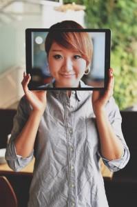 女性がiPad Proを顔の前に掲げるとこんな感じに